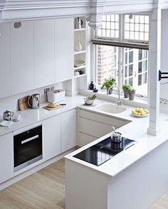 """Cozinhas brancas estão sempre em alta, olha que incrível está cozinha, a tendência da cozinha """"clean"""" está sempre em evidência. A Blukit tem torneiras semelhantes a esta e para todos os ambientes, acesse http://www.blukit.com.br/categoria/linha/cozinha"""