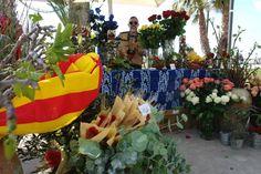 Sant Jordi en Sitges (23 de abril), stands de libros y rosas en el Paseo de la Ribera