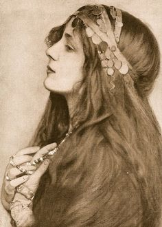 My Bohemian History Eickemeyer photo of Evelyn Nesbit India, don't you think she looks a lot like Emily? Evelyn Nesbit, Vintage Gypsy, Vintage Beauty, Vintage Hair, Belle Epoque, Des Femmes D Gitanes, Foto Portrait, Portrait Photography, Wedding Photography