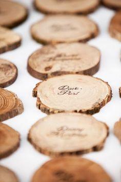 切り株を使ってナチュラルに! 結婚式・披露宴等の手作り席札・メッセージプレート