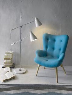 Un rincón de lectura y relax requiere de una buena lámpara para poder leer adecuadamente tus libros favoritos. Y si la combinas con este sillón tapizado en azul, ¡el éxito está asegurado!  #DugarHome #decoración #hogar #sillones #iluminación #lámparas #estilo