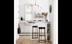 À la cuisine, on n'a jamais assez de rangement. Cette table mobile offre quelques casiers d'appoint où caser livres de recettes et plateaux à biscuits.