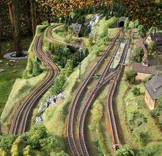 Bild Ho Scale Train Layout, Ho Train Layouts, N Scale Layouts, Train Ho, Level Design, Escala Ho, N Scale Model Trains, Model Railway Track Plans, Garden Railroad