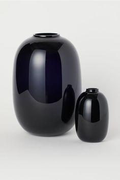 Small vase in colored glass. Height 4 in., diameter of opening approx. H&m Living Room, Grand Vase En Verre, Black White Bedrooms, Small Glass Vases, Concept Shop, Egg Designs, H&m Home, Modern Ceramics, Porcelain Vase