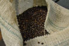 Sack gerösteter Kaffeebohnen - Leberkassemmel und mehr