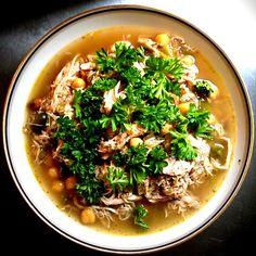 100g tørrede kikærter 1 tidligere rigtig glad kylling (ca. 14oog) 250g bladselleri 150g grøn peberfrugt 1 stort rødløg 2 fed presset hvidløg 2 tsk. stødt spidskommen 1 spsk. skrællet og friskrevet ingefær ½ tsk. cayennepeber 1 tsk. citrongræs fra... Everyday Food, Meal Prep, Brunch, Food And Drink, Yummy Food, Healthy Recipes, Meals, Dinner, Cooking