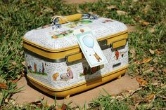 My Junk Obsession: How to Decoupage a Suitcase. Some really good tips on how to decoupage on corners. Decoupage Suitcase, Painted Suitcase, Suitcase Decor, Suitcase Storage, Vintage Suitcases, Vintage Luggage, Old Luggage, Luggage Case, Vintage Train Case