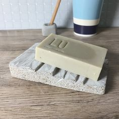 Seife Concrete Soap Dish / Holder in Staircase by ShabibiSheepWorkshop It will also be a good idea t Concrete Materials, Concrete Art, Concrete Bathroom, Diy Soap Holder, Ceramic Soap Dish, Staircase Design, Texture Design, Easy Projects, Soap Making