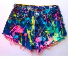 Drip bleach mixed with highlighter ink. Definitely going to give this a try! I love DIY shorts! Diy Shorts, Rave Shorts, Neon Shorts, Summer Shorts, Ripped Shorts, Color Shorts, Black Shorts, Neon Jeans, Blue Jeans