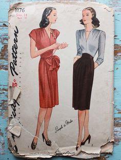 Patrón de costura Vintage años 1940, simplicidad 1176. Señoritas de una sola pieza vestido de las mujeres y: el corpiño está decorado con un favorecedor escote en V y tres filas de frunces en el hombro. La falda es costuras por el centro de la espalda y la parte delantera de la falda se recolecta suavemente en el borde superior. Un yugo formado se une a la blusa y la falda. En estilo, un lazo de la uno mismo-tela adornos de la cintura. Estilo tiene mangas muy cortas, en forma. Estilo II, el…