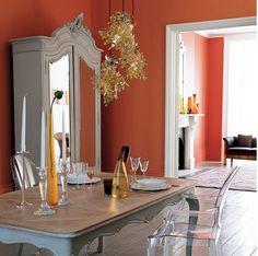 La Peinture orange, ou le Tannerie Tango selon Pantone, couleur vitaminée et dynamisante, booste nos intérieurs et nos humeurs. L'orange est une couleur intense, et si l'introduire dans une pièce peut créer un super rendu, il faut toutefois le placer avec précaution et l'harmoniser ! Alors comment