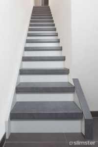 Traprenovatie met betonlook   Traprenovatie.com Redo Stairs, House Stairs, Stair Redo, Home Entrance Decor, House Entrance, Stair Wall Decor, Painted Staircases, Home Reno, Open Trap