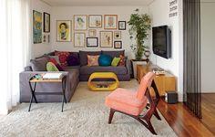 Os móveis são dos anos 1950. Ou, pelo menos, peças novas com estilo dos anos 1950, como a réplica da cadeira Cimo, no projeto da arquiteta Gabriela Marques