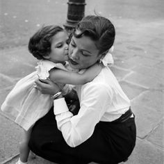 (Gene Tierney with daughter in Paris.)
