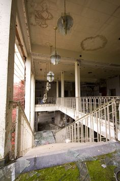 Built in 1933, this hotel once served a popular ski resort in the Catskill region of New York. Abandoned since 1998, it has been exposed to harsh winter weather followed by thawing in the summer. [South Fallsburg, New York, USA]