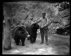 Zookeeper Feeding Bears at Lincoln Park Zoo in Chicago, 1900 http://www.vintag.es/2013/04/zookeeper-feeding-bears-at-lincoln-park.html#more