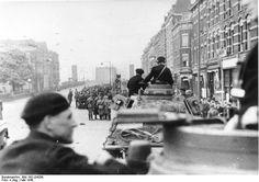 Duitse troepen in de Van der Takstraat op het Noordereiland in Rotterdam maken zich op om de Willemsbrug over te steken. Mei 1940