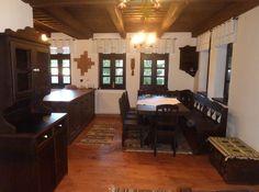 Vrei o casă tradițională ca a lui Doru Munteanu? Uite că-ți dă lista lui cu meșteri | Adela Pârvu - Interior design blogger Design Case, Traditional House, Romania, Corner Desk, House Plans, House Design, How To Plan, Living Room, Country