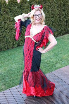 Das bodenlange Kleid der sexy Teufelin hat sogar noch eine kleine Schleppe: Da ist bei wilden Tanzpartys Vorsicht angesagt.