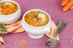 La zuppa di carote è un primo piatto da servire nella stagione invernale, il colore intenso e il gusto dolce la rendono perfetta anche per i bambini.