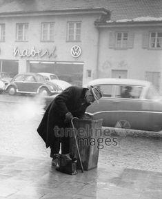 Müllsammler vor dem Autohaus Haberl, 50er Jahre Stöhr/Timeline Images #black #white #schwarz #weiß #Fotografie #photography #historisch #historical #traditional #traditionell #retro #vintage #nostalgic #Nostalgie #München #Munich #50er #1950er #Stimmung #Atmosphäre #Mann #Armut #arm #Obdachlosigkeit #obdachlos #Altersarmut #Mülltonne Animals Of The World, Munich, Darth Vader, Petra, Manhattan, Retro Vintage, Photography, Fictional Characters, Autos