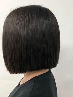 Wispy Stacked Layers - 30 Beautiful and Classy Graduated Bob Haircuts - The Trending Hairstyle Long Bob Hairstyles For Thick Hair, Inverted Bob Hairstyles, Mom Hairstyles, Trending Hairstyles, Short Hair Cuts, Graduated Bob Haircuts, Hair Cutting Techniques, Blunt Hair, Corte Bob