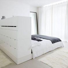 Sängynpäätyyn piiloutuu pukeutumishuoneen säilytyksestä suuri osa; käteviin vetolaatikoihin kätkeytyy asuste jos toinenkin. #etuovisisustus #säilytys