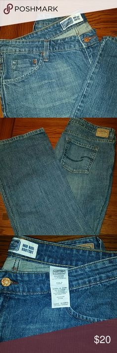 《《SALE》》Genuine Levi's mid rise boot cut jeans Levi's comfort and quality with that 1% Spandex we all know and love. In excellent barely worn condition, like new.  28 in inseam for us shorties ;) size is 16 Short Jeans