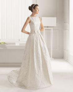 Traje de novia largo y cola en brocado con adorno de vainica. Colección 2015 Rosa Clará