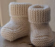 icu ~ Pin on Knitting ~ I knit these garter-stitch boots for a friend of mine who was having a baby last month and I was looking around for a hat to match them. I saw this really cute garter-stitch knit hat with a button … Knitted Baby Boots, Knit Baby Shoes, Crochet Baby Booties, Baby Booties Knitting Pattern, Baby Hats Knitting, Baby Knitting Patterns, Doll Patterns, Baby Bootees, Diy Crafts Knitting
