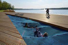 """Ótima a ideia de criar um lounge com grandes """"redes"""" no projeto de reurbanização da orla do Lago Paprocany, na Polônia"""