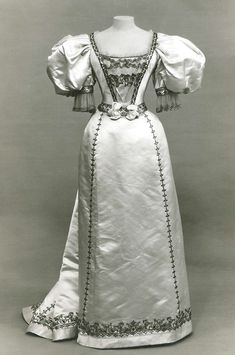 Dress, Evening House of Worth (French, Date: Culture: French Medium: silk Dimensions: [no dimensions available] Credit Line: Gift of Susan Dwight Bliss, 1935 Accession Number: b 1890s Fashion, Edwardian Fashion, Vintage Fashion, Vintage Beauty, Vintage Gowns, Vintage Outfits, Couture Vintage, Cosplay Costume, Designer Evening Dresses