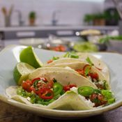 Täytetyt, valkosipuliset jauheliha-feta-paprikat tuovat kivaa vaihtelua arkiruokiin. Resepti on helppotekoinen ja nopea. Ruoka on lisäksi... Guacamole, Feta, Tacos, Food And Drink, Mexican, Ethnic Recipes, Cooking Ideas, Chili Con Carne, Mexicans