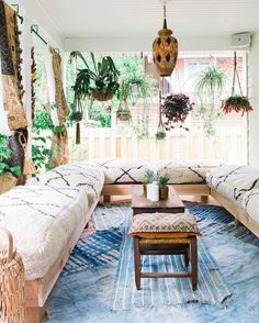 The perfect decoration in the conservatory 21 Conservatory Decor Ideas to Inspire You All Year Round Conservatory Decor Small, Small Sunroom, Conservatory Curtains, Conservatory Ideas Interior Decor, Art Marocain, Patio Design, House Design, Screened In Porch Furniture, Sunroom Decorating