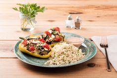 Herzhaft gefüllte Ofen-Paprika mit Kräuter-Couscous und Harissa-Kefirsoße