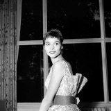 italian-actress-elsa-martinelli-at-the-savoy-hotel-in-london.jpg (160×160)