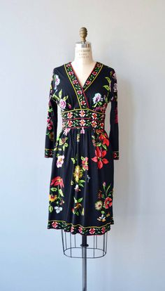 Vintage 1970s black floral dress in super soft acrylic jersey with surplice neckline, wide waistband, long sleeves and back zip closure. --- M E A S U R E M E N T S --- fits like: small/medium bust: 34-36 waist: up to 28 hip: up to 41 length: 39 brand/maker: Maurice condition: excellent to ensure a good fit, please read the sizing guide: http://www.etsy.com/shop/DearGolden/policy ✩ more vintage dresses ✩ http://www.etsy.com/shop/DearGo...