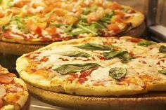 Do you like Italian pizza? In this article you'll find everything about authentic Italian pizza: its history, some curiosities, and some recipes. Pizza Legal, Salsa Italiana, Pizza Sin Gluten, Mushroom Pizza Recipes, Authentic Italian Pizza, Pizzeria, Cakes For Women, Healthy Comfort Food, Healthy Foods