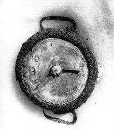 La explosión de la bomba atómica de Hiroshima se registró a las 8:15 de la mañana del 6 de agosto de 1945. En este reloj de pulsera encontrado en las ruinas de la ciudad, la aguja pequeña del reloj quedó abrasada por la explosión, marcando una sombra sobre él mismo que le hace parecer la aguja grande.