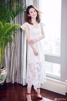 Say đắm trước vẻ đẹp nữ thần khi mỹ nhân Hoa ngữ diện đầm trắng
