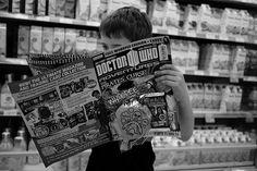 niño leyendo comic