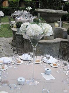 Los centros de la otra mitad de las mesas eran hortensias blancas en copas de Martini de 1,20 m . sobre manteles de hilo grises lisos. #wedding #ceremony #decor #decoracionboda
