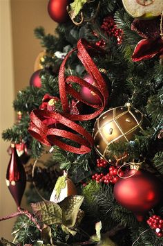Red and Gold Christmas Tree Decoration Ideas How To Use Colors For Your Christmas Tree Decorating Ideas Red and Gold Christmas Tree Decoration Ideas. In the final part of our series sharing Christm… Red And Gold Christmas Tree, Gold Christmas Decorations, Ribbon On Christmas Tree, Noel Christmas, Xmas Tree, Beautiful Christmas, Winter Christmas, Christmas Ornaments, Christmas Ideas