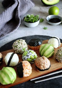 Sushi rice is not just for making sushi! Another cool way to use it is making Onigiri, aka Japanese stuffed rice balls. They are easy to make and are perfectly customizable. and Drink drawings easy Vegan Onigiri - Japanese Stuffed Rice Balls Whole Foods Vegan, Vegan Foods, Vegan Dishes, Whole Food Recipes, Vegan Onigiri Recipe, How To Make Sushi, Rice Balls, Popcorn Balls, Vegan Recipes