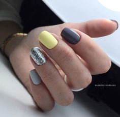 The advantage of the gel is that it allows you to enjoy your French manicure for a long time. There are four different ways to make a French manicure on gel nails. Fancy Nails, Love Nails, Pretty Nails, My Nails, Yellow Nail Art, Yellow Nails Design, Short Gel Nails, Dipped Nails, Powder Nails
