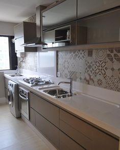 Cozinha com armários fendi e ladrilho hidráulico, integrada com área de serviço…