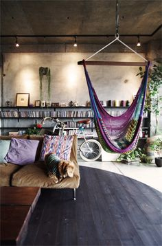bohemian living space// indoor hammock// via deco my place Bohemian House, Bohemian Decor, Bohemian Living, Bohemian Apartment, Boho Room, Bohemian Design, Bohemian Interior, Gypsy Living, Industrial Loft Apartment