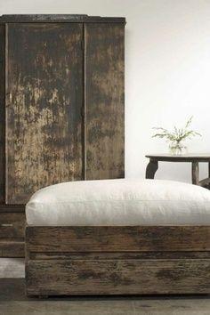 Wabi Sabi - Zen decoration in the bedroom Wabi Sabi, Deco Zen, Old Crates, Rustic Furniture, Furniture Design, Industrial Furniture, Cabin Furniture, Refinished Furniture, Western Furniture