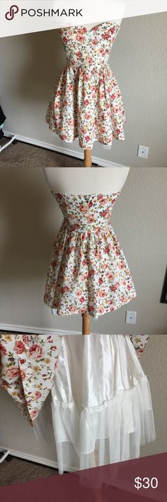 Floral Strapless Dress (44) Gorgeous floral strapless dress from Foreign Exchange. Tulle skirt for added shape and a bustier style bust. No flaws. Tag size small. Bust- 14 inches Waist 13 inches Length- 23.5 inches Foreign Exchange Dresses Strapless