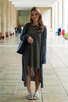 Cores + cardigan mais comprido que o vestido + decote fechado com colarzão + rasteira com bastante tecido